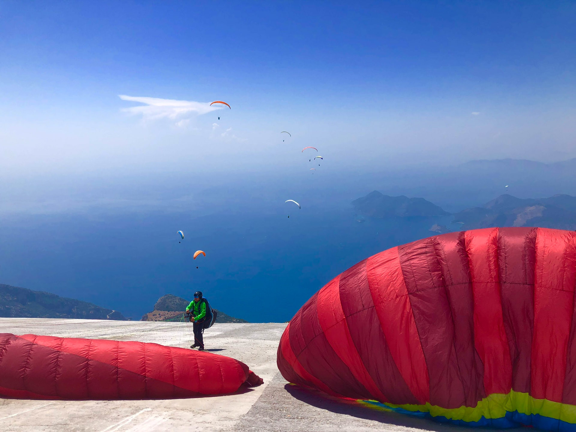 turkey-paragliding-view-of-paragliders